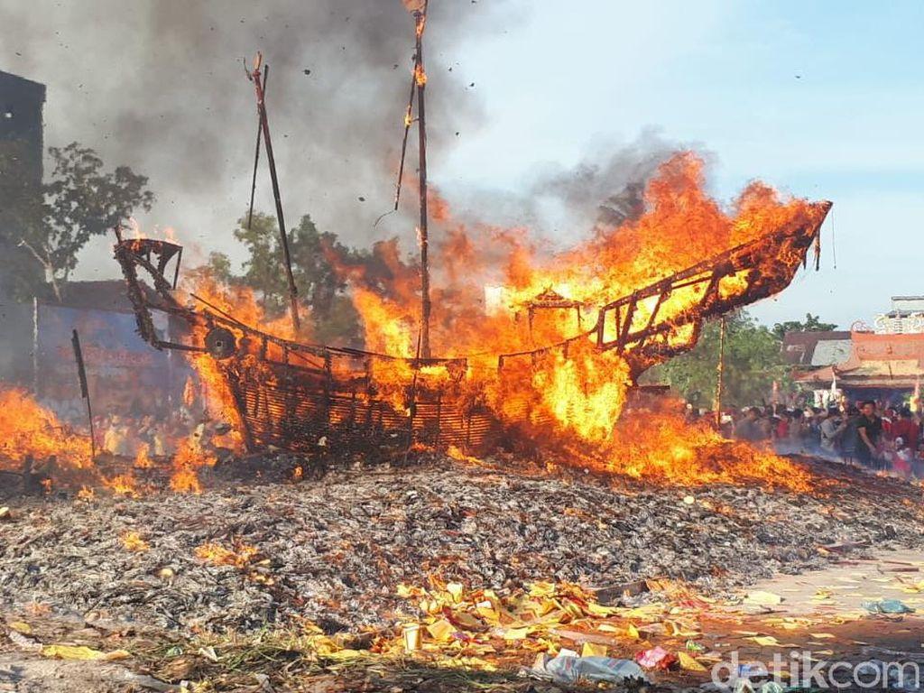 Foto: Tradisi Bakar Tongkang di Bagansiapiapi