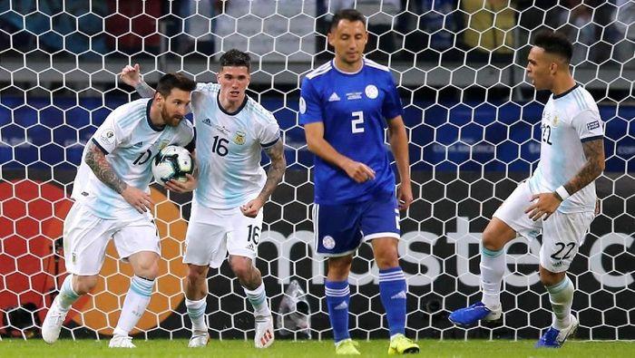Lionel Messi melesakkan gol dari titik penalti. Argentina vs Paraguay berakhir imbang 1-1. (Foto: Luisa Gonzalez/Reuters)