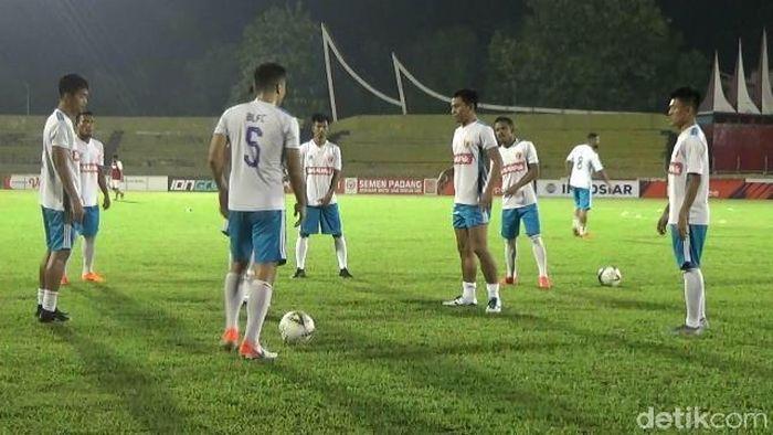 Perseru Badak Lampung FC berlatih jelang menghadapi Semen Padang. (Foto: Jeka Kampai/detikSport)