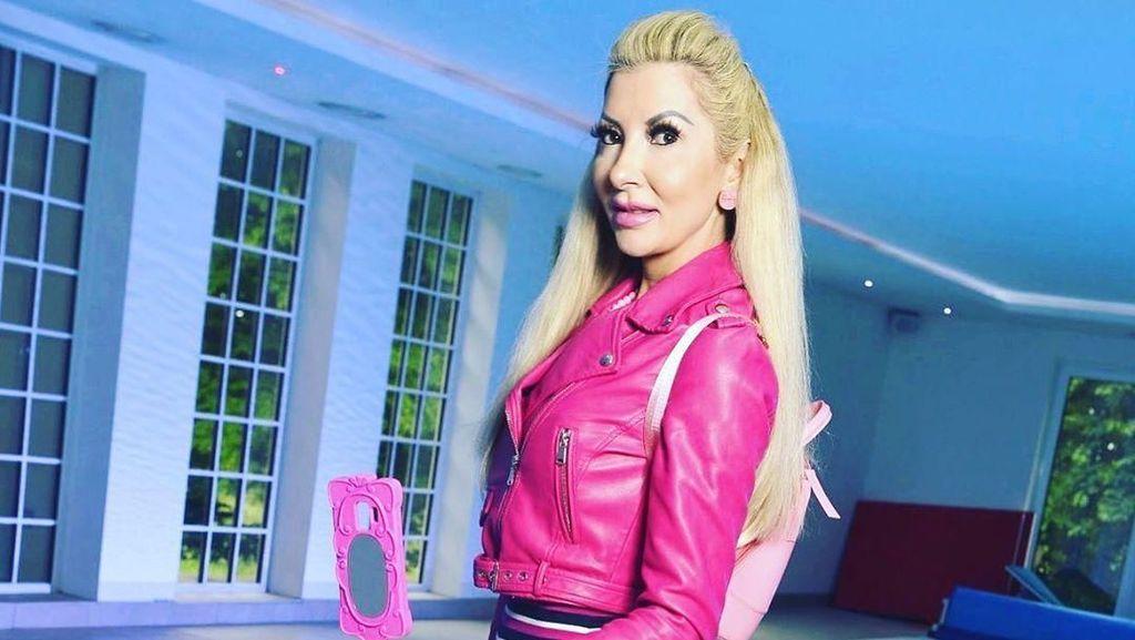 Foto: Penampilan Ibu-ibu Hebring yang Obsesi Jadi Barbie, Rela 100 Kali Oplas