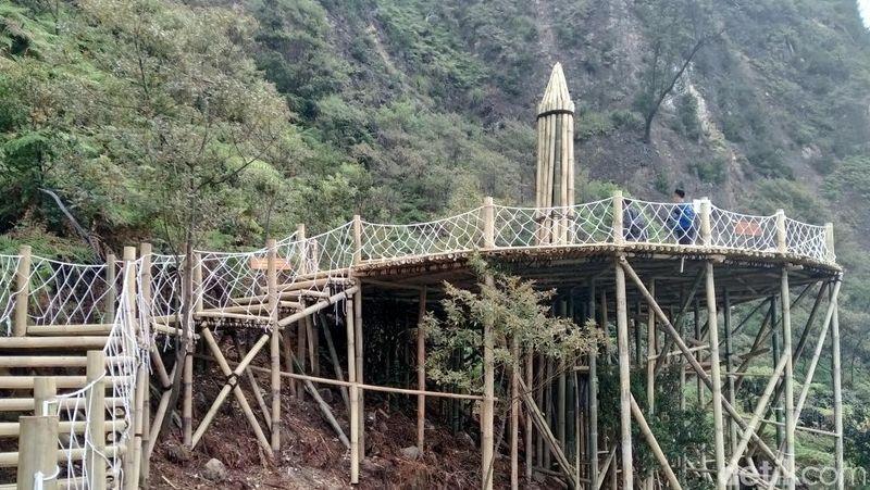 Nantinya setelah menelusuri jalur sepanjang 500 meter, traveler akan sampai di puncak Skywalk berupa platform ini (Wisma Putra/detikcom)