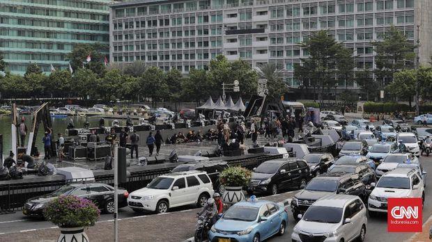 Suasana persiapan panggung untuk HUT ke 492 DKI Jakarta di kawasan Bundaran HI.