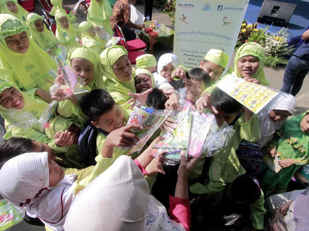 Peduli Pendidikan Sebar Ribuan Paket Alat Sekolah