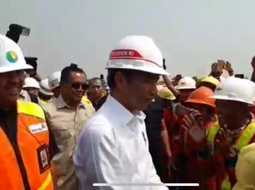 Kunjungan ke Soetta, Jokowi Dapat Ucapan Selamat Ultah dari Pekerja Proyek