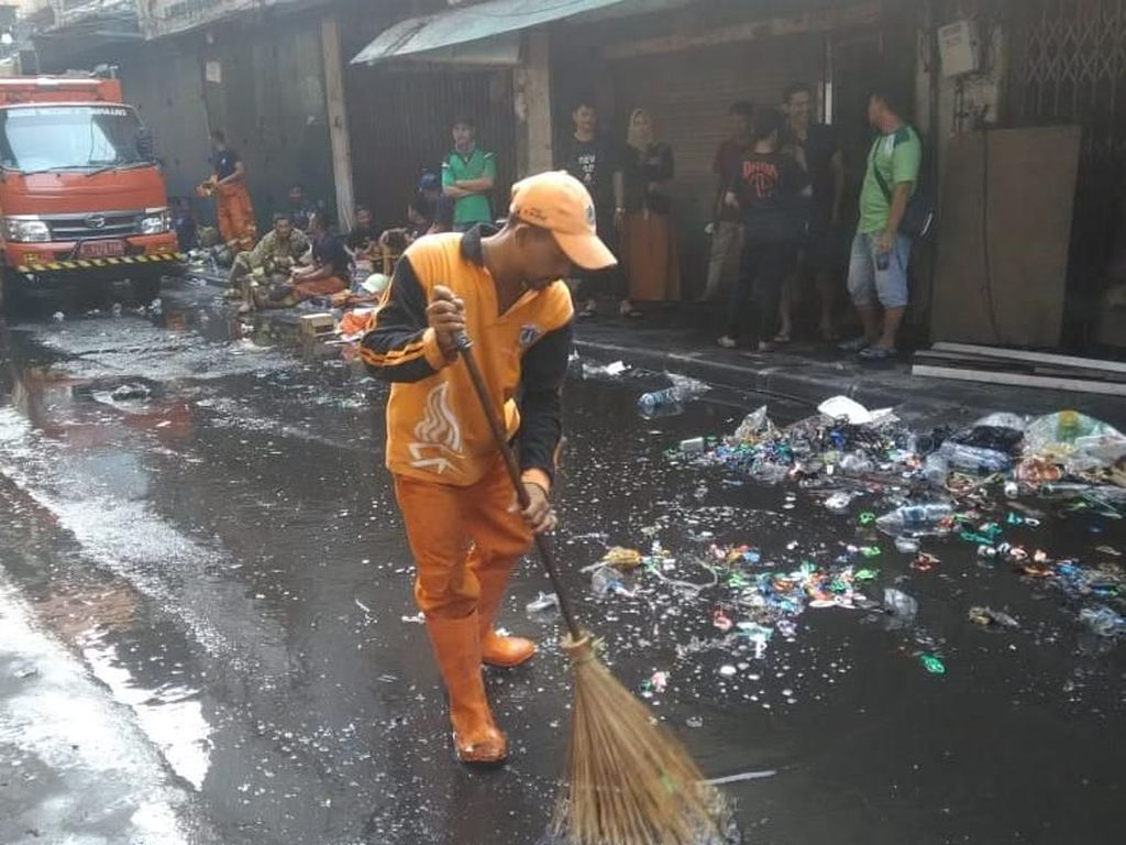 Api Padam, PPSU Bersihkan Sisa Kebakaran di Kios Kembang Api Pasar Asemka