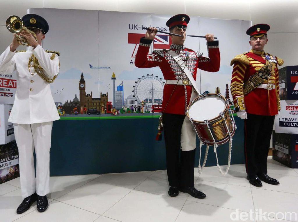 Sambut HUT DKI, Militer Inggris Hibur Penumpang MRT