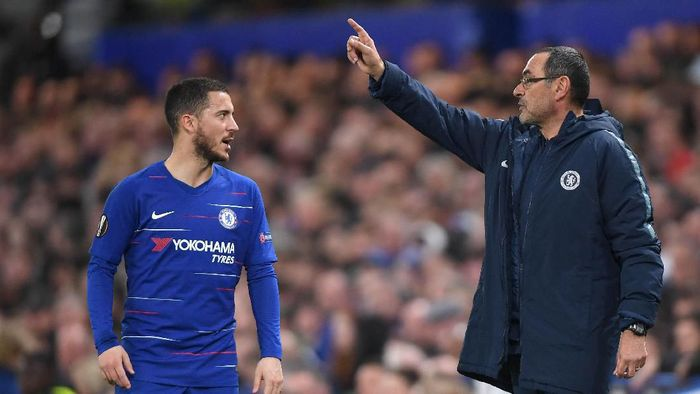 LONDON, ENGLAND - APRIL 18: Maurizio Sarri, Manager of Chelsea speaks with Eden Hazard of Chelsea  during the UEFA Europa League Quarter Final Second Leg match between Chelsea and Slavia Praha at Stamford Bridge on April 18, 2019 in London, England. (Photo by Mike Hewitt/Getty Images)