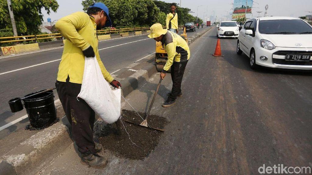 Jalan Bopeng di Flyover Kampung Melayu Ditambal