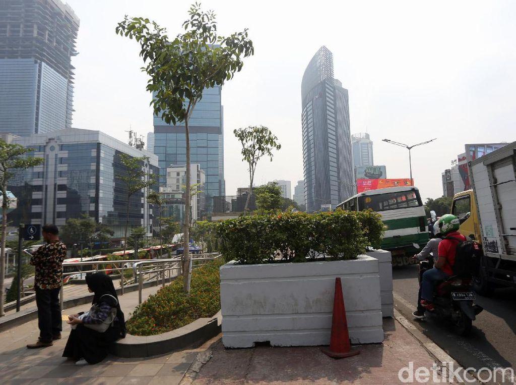 Duh, Trotoar di Kawasan MRT Dukuh Atas Tertutup Pot Bunga