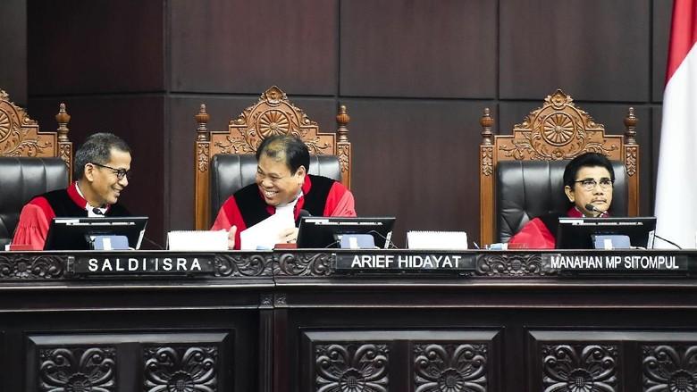 BW Vs Hakim MK Arief Hidayat Kian Panjang