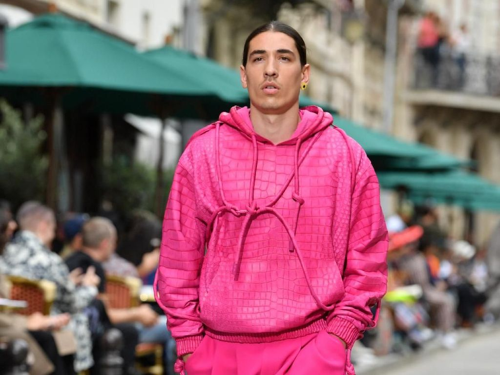 Serba Pink! Hector Bellerin Melenggang di Catwalk Paris Fashion Week