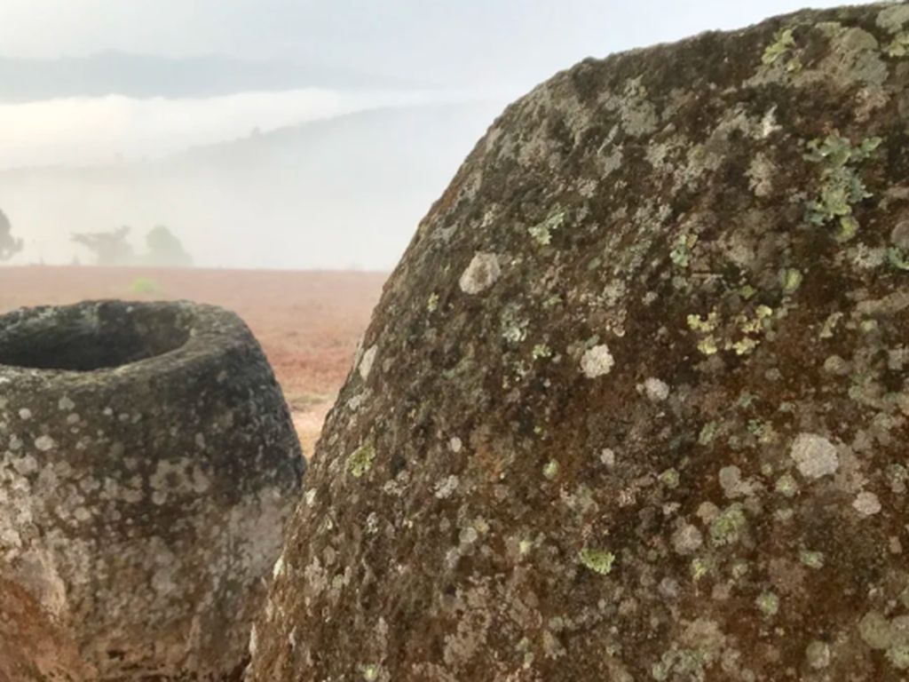 Ilmuwan Australia Mengungkap Misteri Ratusan Kendi Batu Raksasa di Laos
