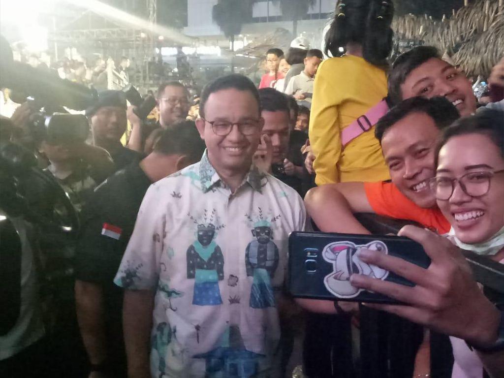 Anies Jadi Sasaran Selfie Warga di Panggung Hiburan HUT Ke-492 DKI