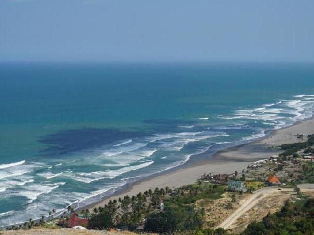 Memandang Pantai Cantik dari Atas Bukit Watugupit