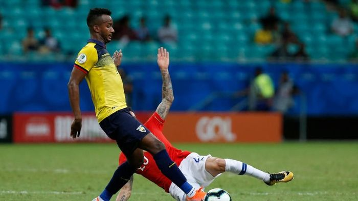 Kedua tim berduel sengit sepanjang laga. (Foto: Felipe Oliveira/Getty Images)