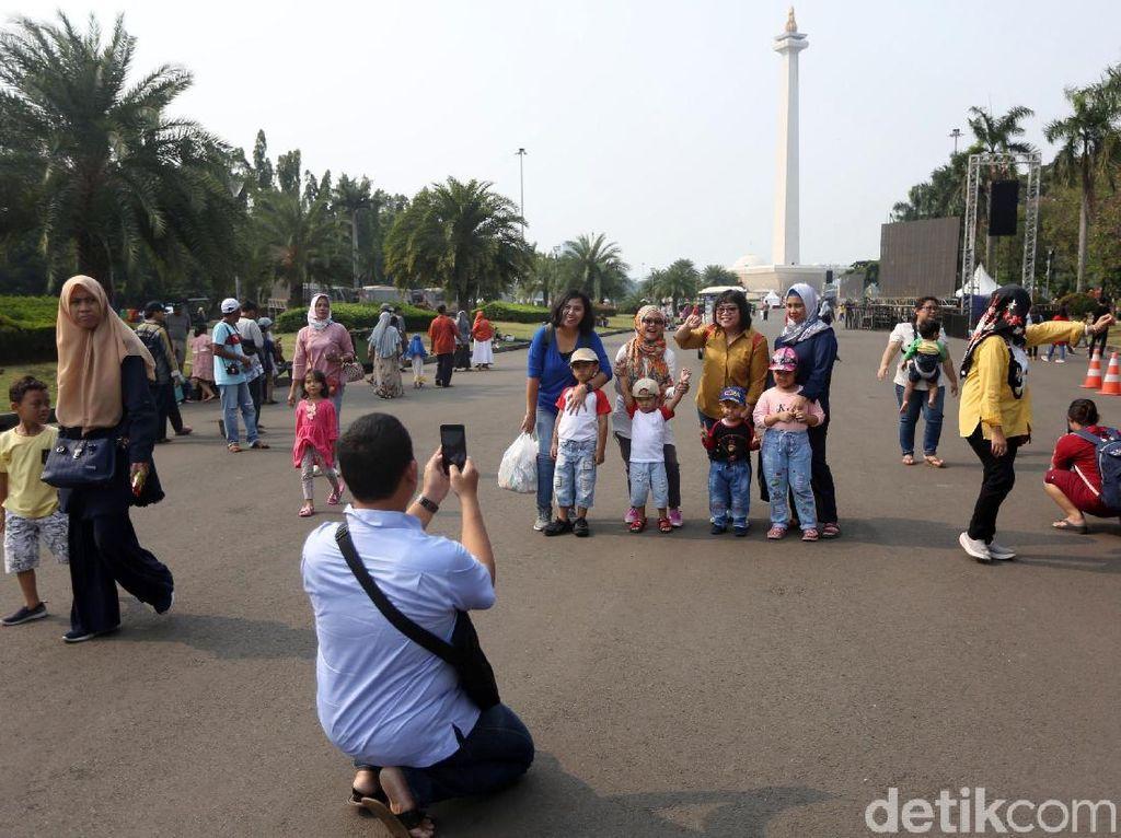 HUT DKI Jakarta Ke-492, Monas Diserbu Warga untuk Berwisata