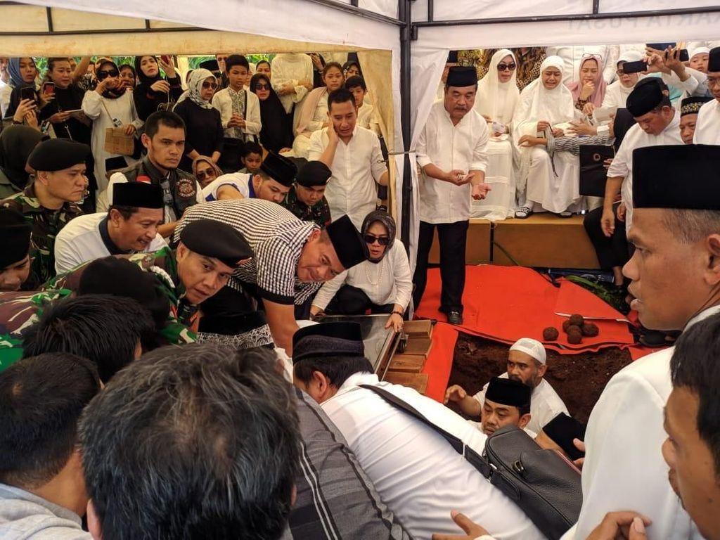 Suasana Duka Iringi Pemakaman Putra Ketua MA Hatta Ali
