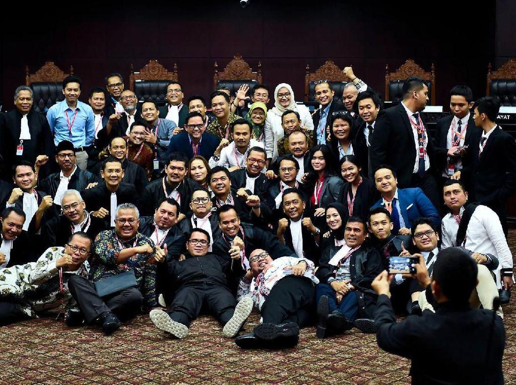 Melihat Lagi Kebersamaan Tim Jokowi-Prabowo Usai Sidang di MK