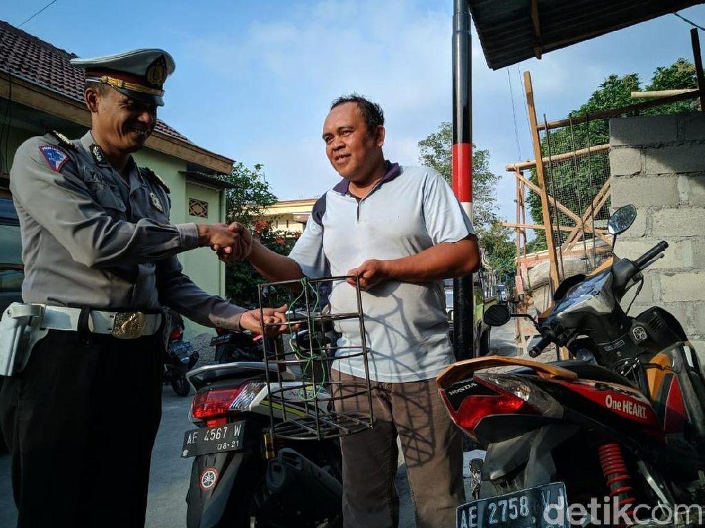 Didatangi Polisi, Ini yang Dilakukan Ortu Bonceng Anak di Samping Bodi Motor