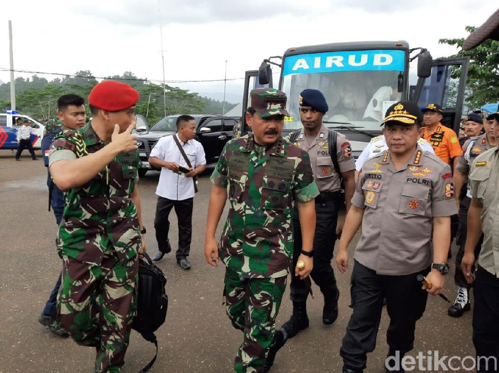 Panglima TNI dan Kapolri Kunjungi Korban Banjir di Konawe Utara
