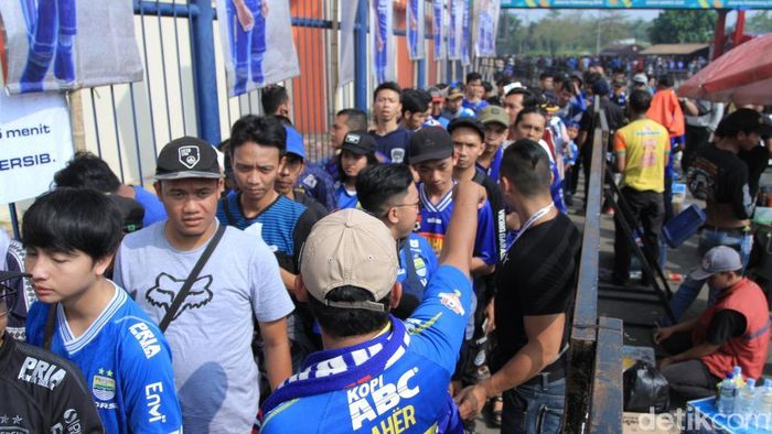 Bobotoh dan K-Cong memenuhi Stadion Si Jalak Harupat. (Wisma Putra/detikSport)