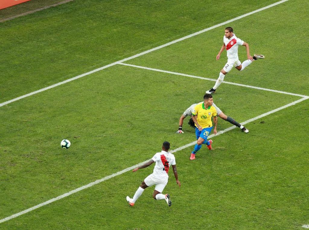 Firmino Lagi-lagi Cetak Gol Tanpa Melihat