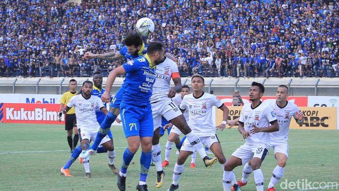 Persib Bandung melawan Madura United berakhir seri 1-1. (Wisma Putra/detikSport)