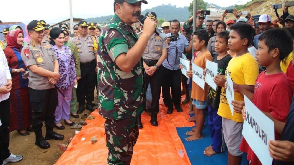 Momen Panglima TNI Tinjau Korban Banjir Konawe Utara