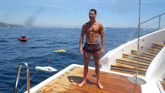 Cristiano Ronaldo berlibur ke kawasan French Riviera, kawasan Pantai Mediterania di wilayah bagian tenggara Prancis. Menikmati pemandangan, tulis Ronaldo di Instagramnya. (Foto: Instagram @cristiano)