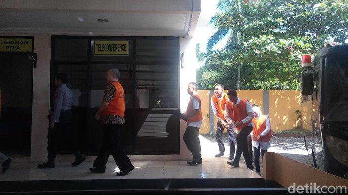 Mbah Putih alias Dwi Irianto dituntut penjara 18 bulan dalam sidang kasus mafia bola. (Foto: Uje Hartono/detikcom)
