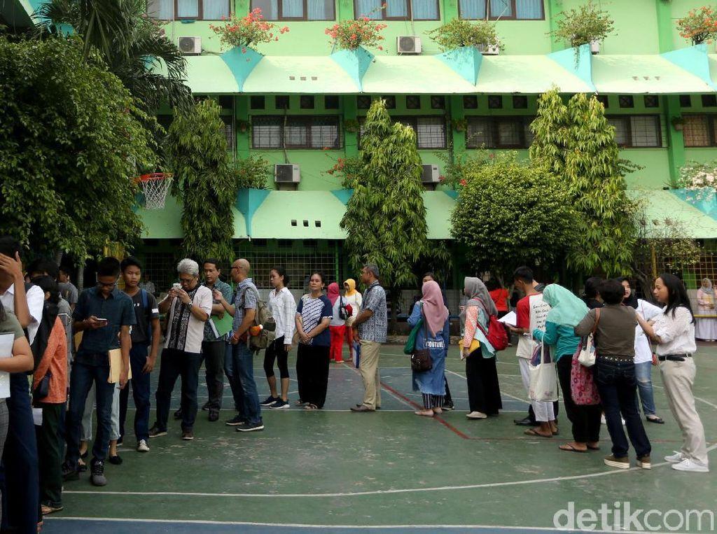 Ortu Murid Ramai-ramai Datangi Sekolah Daftar PPDB Jalur Zonasi