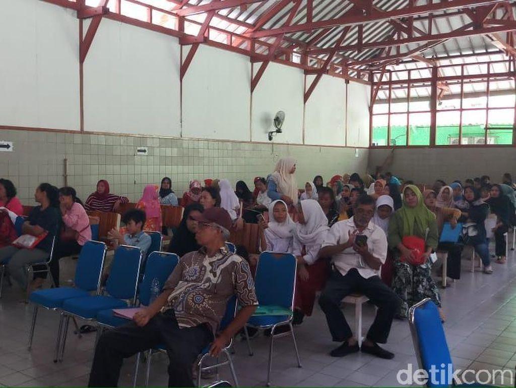 Ratusan Orang Tua Daftar PPDB Zonasi di SMPN 1 Jakarta di Hari Pertama