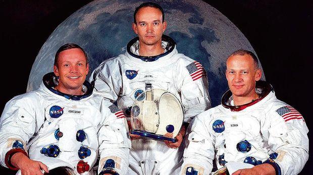 Neil Armstrong, Michael Collins, dan Edwin Aldrin adalah tiga orang yang pertama kali menjejakkan kaki di bulan.