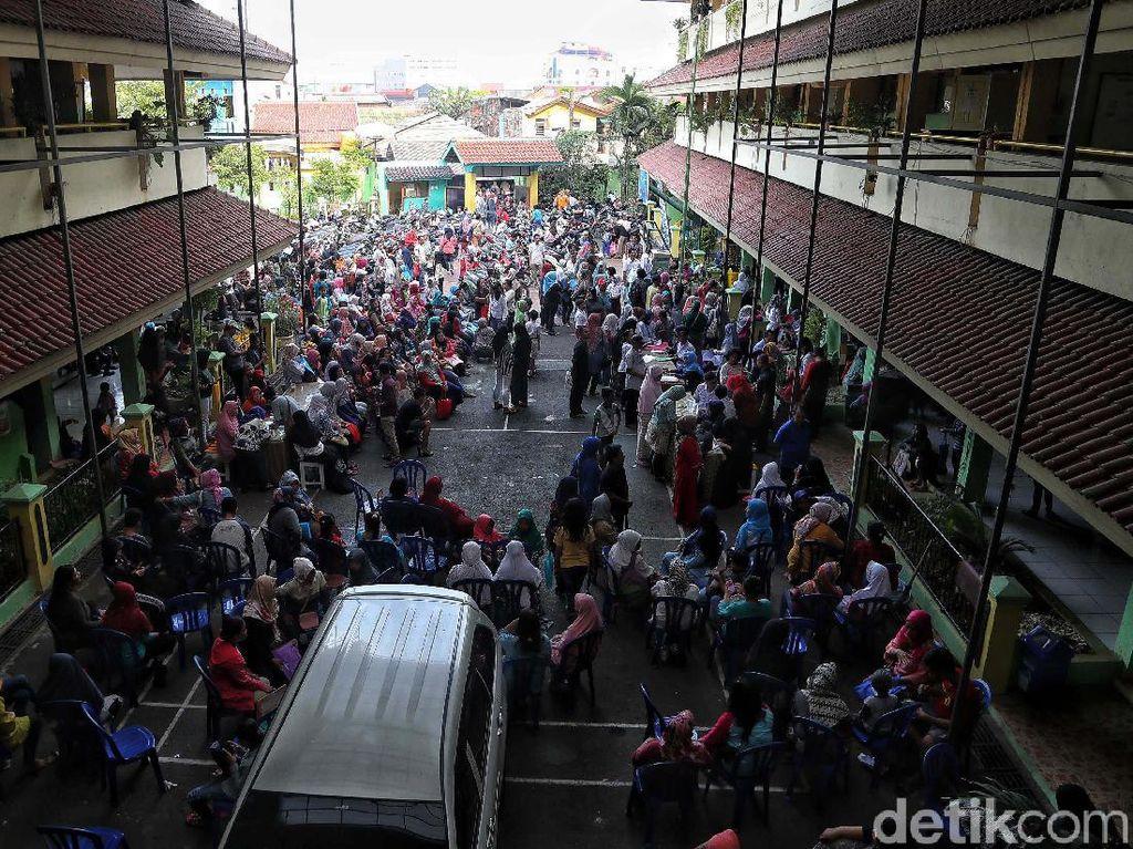 Berebut Kursi SMPN, Ratusan Orang Antre Sejak Pagi