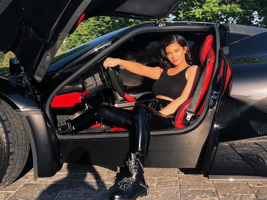 Ketika Gaya Kylie Jenner Matching Sama Warna Mobil Mewahnya