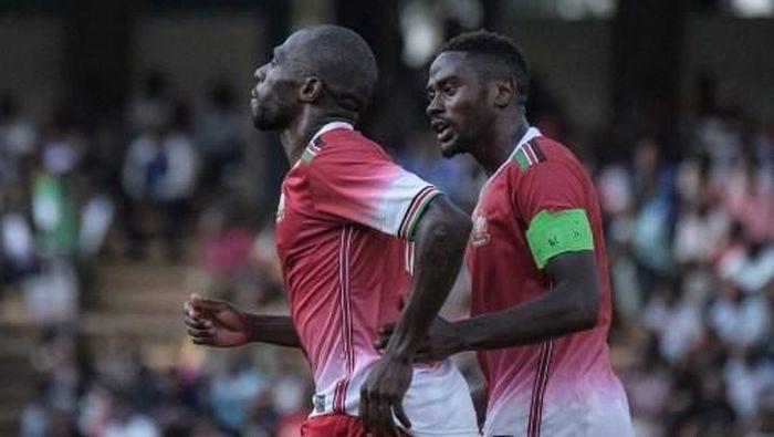 Joash Onyango (kiri) dianggap pemain yang sudah uzur padahal baru berusia 26 tahun. (Foto: Yasuyoshi CHIBA / AFP)