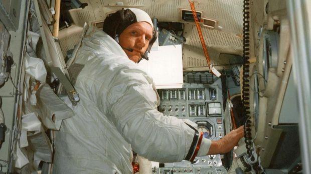 Photo prise en juillet 1969, au Kennedy Space Center, de l'astronaute Neil A. Armstrong, commandant de la mission spatiale Apollo XI, s'entraÓnant dans le module lunaire de simulation qui le mËnera sur la lune. Picture of the astronaut Neil A. Armstrong, commander for the Apollo XI Moon-landing mission, practicing in a lunar module simulator, Kennedy Space Centyer, July 1969. (Photo by - / NASA / AFP)