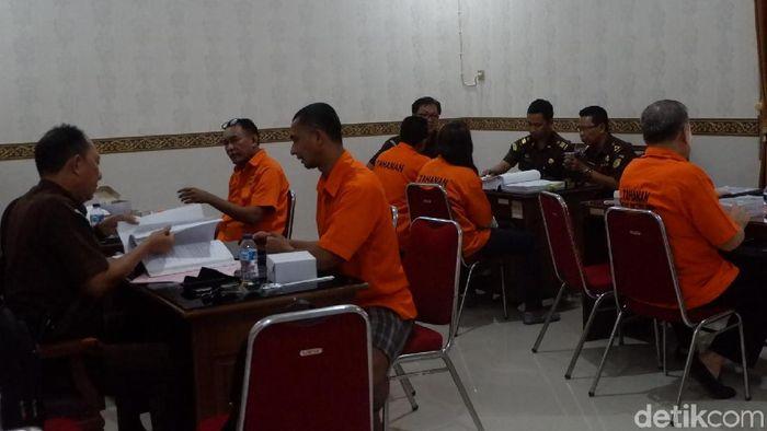 Tersangka kasus mafia bola di Kejaksaan Negeri Banjarnegara. (Foto: Uje Hartono/Detikcom)