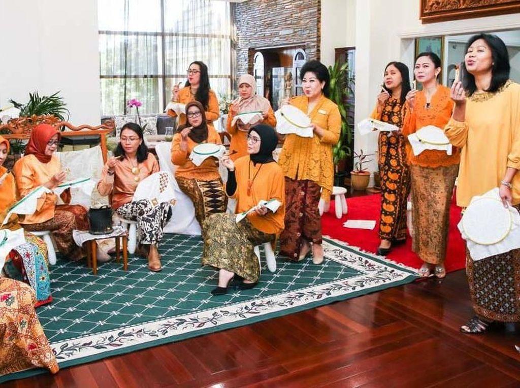 Serunya Warga Australia Belajar Batik