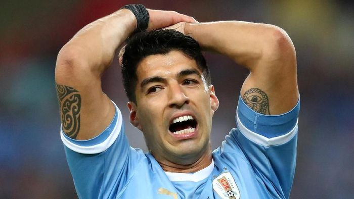 Luis Suarez minta penalti saat kiper lawan menghalau tendangannya menggunakan tangan di Copa America (REUTERS/Pilar Olivares)