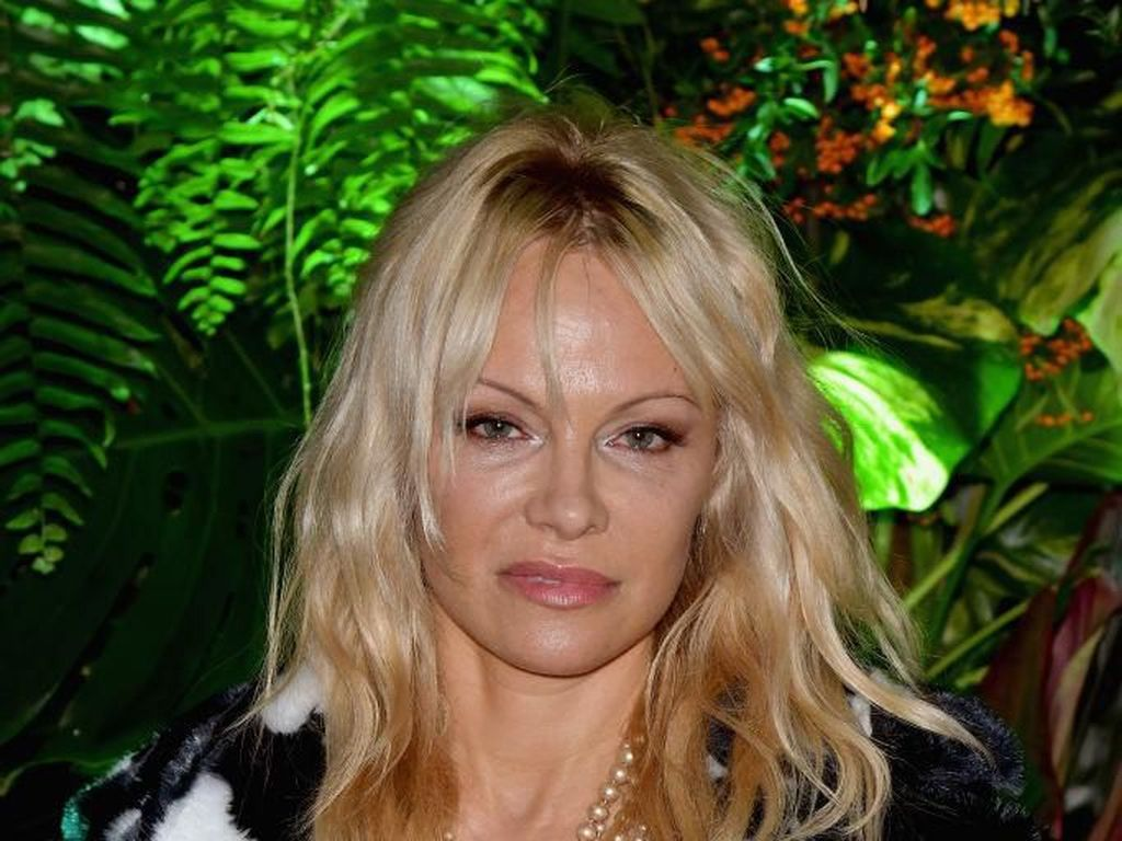 Pamela Anderson Menikah Ke-5 Kalinya dengan Mantan Pacar 30 Tahun Lalu
