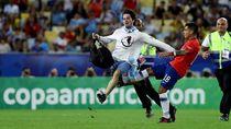 Video Tekel Keras Bek Chile pada Seorang Suporter