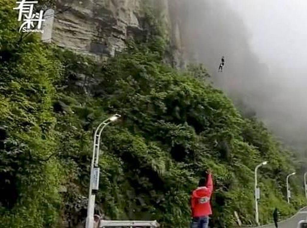 Wanita Ini Rela Lompati Tebing Curam Demi Antarkan Makanan Tiap Hari