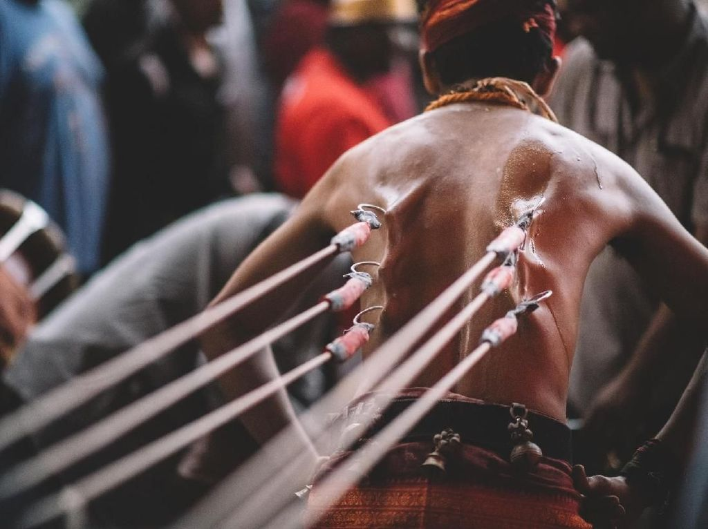 Cinta dan Ritual Pengorbanan Diri dalam Penderitaan