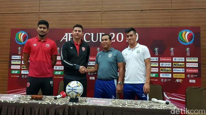 Darije Kalezic (kedua dari kiri) mencari kelemahan Becamex Binh Duong menjelang leg kedua semfiinal Piala AFC. (Amalia Dwi Septi/detikSport)
