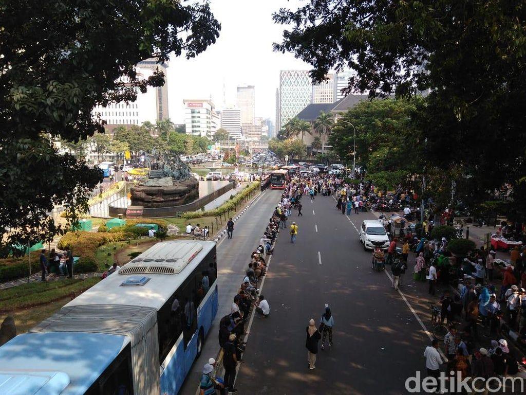 Massa Kawal MK Sempat Tutupi Jalan, Lalin di Patung Kuda Macet