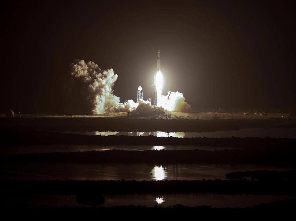 Roket Terkuat Sejagat Terbang Perdana pada Malam Hari