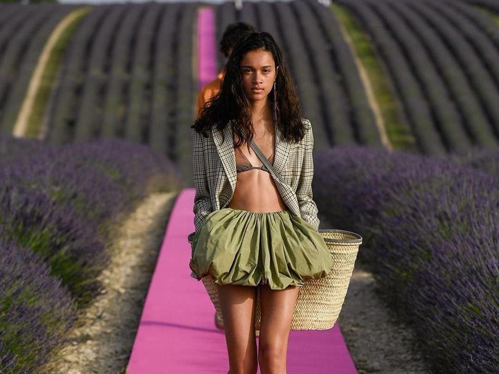 Viral, Brand Fashion Favorit Rihanna Gelar Show Dramatis di Kebun Bunga