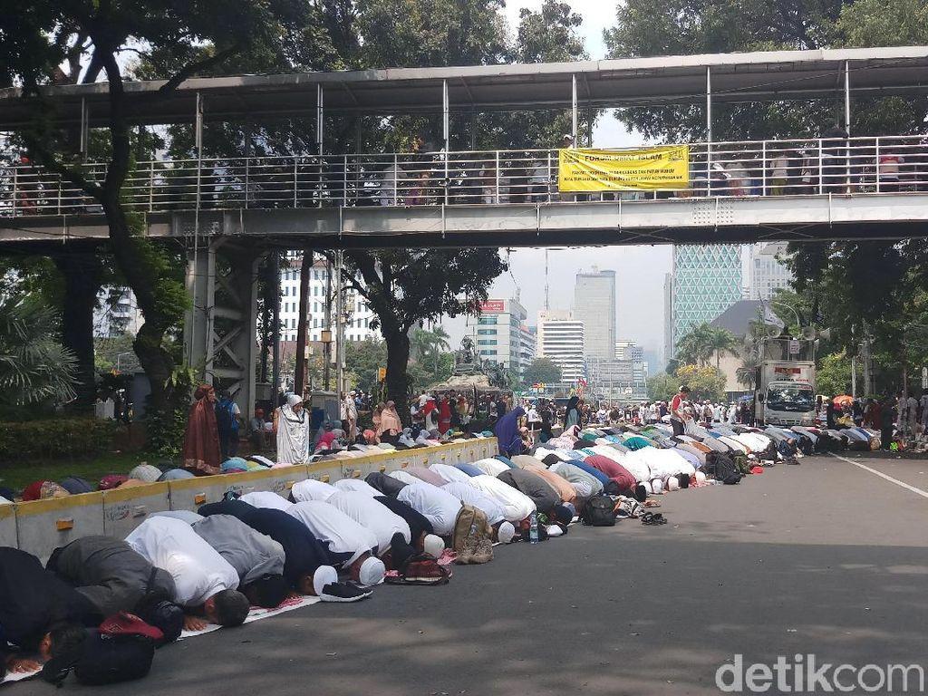 Massa Aksi Kawal MK Salat Zuhur Berjemaah di Jl Medan Merdeka Barat