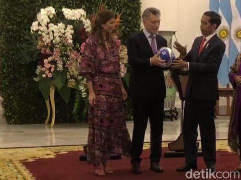 Bertemu Presiden Argentina, Jokowi Dihadiahi Jersi Nomor 10 Albiceleste